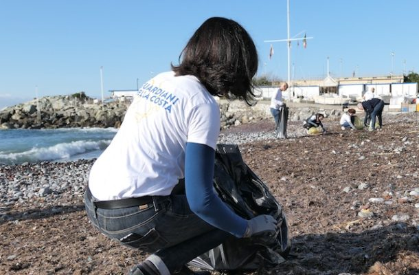 Gli agenti di viaggio puliscono le spiagge con Costa Crociere